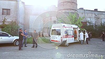 Спасители и работа машины скорой помощи после взрыва на фабрике видеоматериал