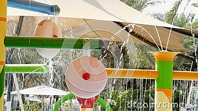 Спортивная площадка бассейном, с фонтанами Тонкие струйки воды сверкнают в солнечном свете видеоматериал