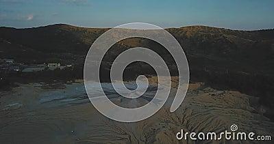 Спускаясь вниз по грязным вулканам и лунному ландшафту акции видеоматериалы