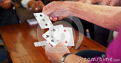 Средний раздел старших игральных карт людей на доме престарелых 4k видеоматериал