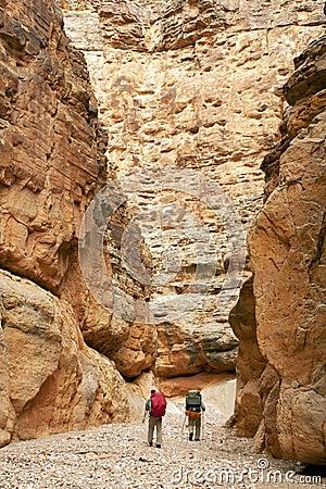 среди больших стен природы hikers