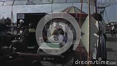 Старая винтажная цветная пленка ягнится катание на carousel в парке атракционов акции видеоматериалы