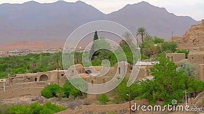 Старая деревня самана расположенная в оазисе на заходе солнца видеоматериал