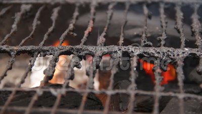 Старая решетка гриля предусматриванная в пакостный тучный лежать на открытом огне, нагревая для барбекю сток-видео