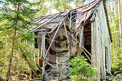 Старая сломанная вниз с дома