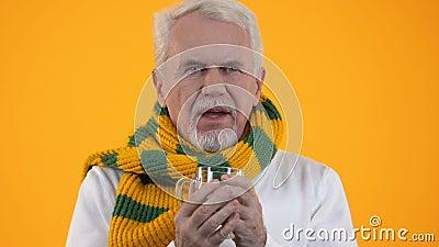 Старик пьет горячую лекарственную жидкость, страдающую гриппом, уменьшается симптомы, холодно видеоматериал