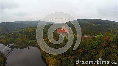 Старое чехословакское столетие Hrad Veveri замка 11, крыши реки красные видеоматериал