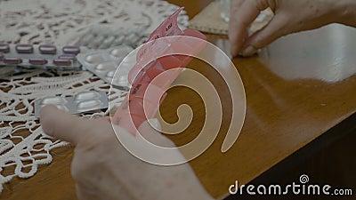 Старшая старуха вручает класть пилюльки в коробку организатора к дни недели дома - видеоматериал