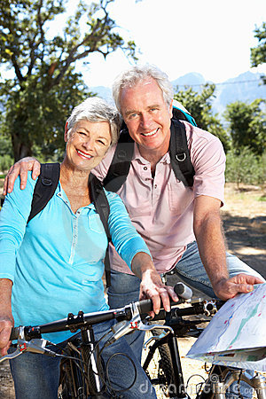 Старшие bikes riding пар