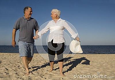 старший пар пляжа