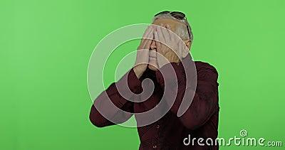 Старший человек что-то эмоционально показывает изумление, сюрприз Красивый старик сток-видео