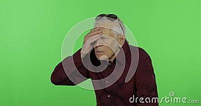 Старший человек что-то эмоционально показывает изумление, сюрприз Красивый старик акции видеоматериалы