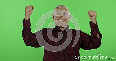 Старший человек что-то эмоционально празднуя Красивый старик на ключе chroma сток-видео
