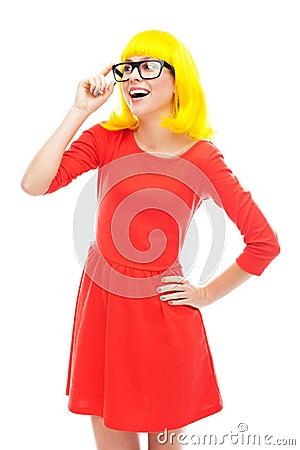 Стекла женщины нося и желтый парик