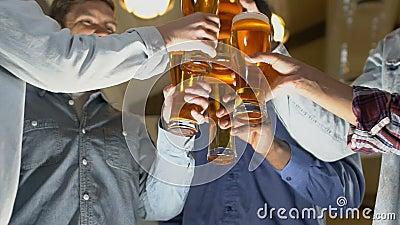 Стекла пива счастливых людей clinking, торжество успешного подписания контракта акции видеоматериалы