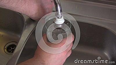 Стекло воды из крана акции видеоматериалы