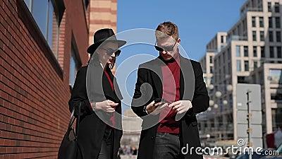 Стильные туристы пар принимают фото европейских привлекательностей в городе сток-видео