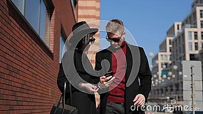 Стильные туристы пар принимают фото европейских привлекательностей в городе видеоматериал