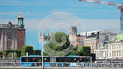 Стокгольм, Швеция Туристический автобус на улице недалеко от стокгольмского королевского дворца Знаменитый мир Unesco Landmark Го акции видеоматериалы