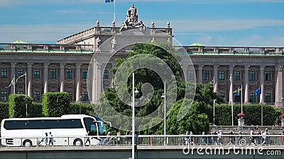 Стокгольм, Швеция Туристический Автобус На Улице Недалеко От Королевского Дворца Стокгольма Знаменитый мир Unesco Landmark Городс сток-видео