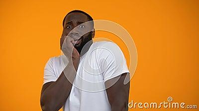 Страх смешного Афро-американского человека чувствуя изолированный на желтой предпосылке сток-видео