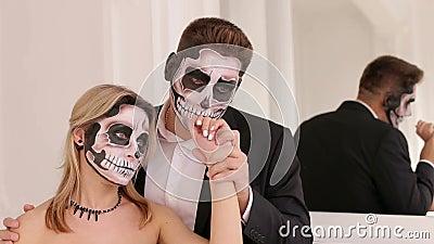 Страшные пары актеров со страшным макияжем хеллоуина в винтажных костюмах акции видеоматериалы