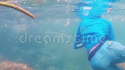 Стрельба под водой Человек в масках и флипперы очищают пластиковые обломки в океане Шри-Ланка, Унаватуна, 1 ноября 2019 г. видеоматериал
