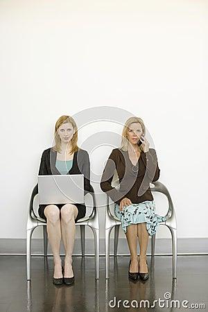 стулы сидят работники