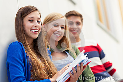 Студенты держа их книги