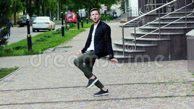 Сумасшедшие смешные танцы человека на улице, очень довольной сток-видео
