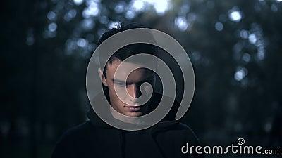 Сумашедший человек смотря камеру, черную магию, насилие и страх, ужасный кошмар видеоматериал