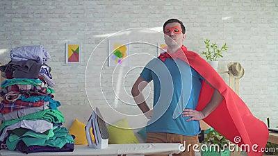 Супергерой домовладельца человека портрета рядом с утюжа доской видеоматериал