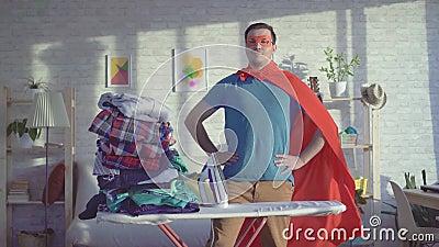 Супергерой домовладельца человека проутюжил все вещи сток-видео