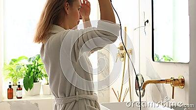 Девушка собирается на работу утром видео как спросить у девушки как у нее дела на работе