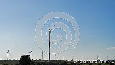 Сценарий ветряной турбины для производства электроэнергии экологически чистая природная энергия акции видеоматериалы