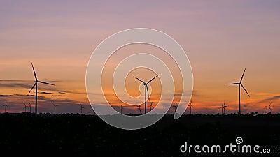 Сценарий силуэта с ветряными турбинами для производства электроэнергии экологически и экологически чистой энергии в закатной атмо видеоматериал