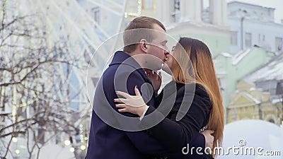 Счастливая красивая пара целует и празднует захват акции видеоматериалы