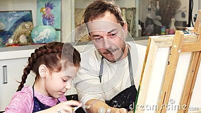 Счастливая маленькая девочка крася изображение с ее отцом акции видеоматериалы