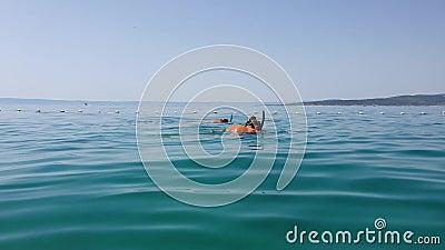 Счастливая пара туристов, утопающих в голубом море сток-видео