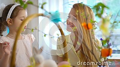 Счастливая пасха! Мать и дочь имея потеху и стороны зайчиков ` s одина другого краски видеоматериал