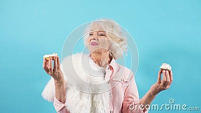 Счастливая потрясающая бабушка празднует свой день рождения одна Бабушка с поднятыми руками предлагает десерт видеоматериал