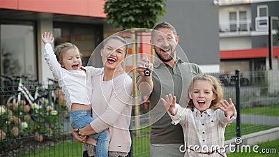 Счастливая семья около их нового дома имущество принципиальной схемы реальное Они имеют много потеху совместно сток-видео