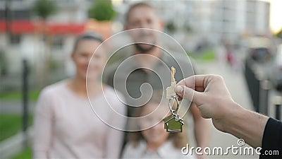Счастливая семья около их нового дома имущество принципиальной схемы реальное Они имеют много потеху совместно видеоматериал