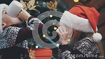 Счастливые близнецы пили какао в канун Рождества, а затем раздавали большие пальцы, показывая, что это было действительно вкусно видеоматериал