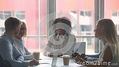 Счастливые мотивированные многокультурные работники объединяются в команду бизнесмены давая высоко 5 сток-видео