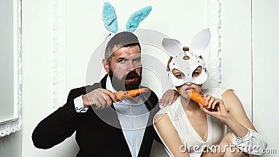 Счастливые пары подготавливая для пасхи Зайчик на день пасхи Обгрызает морковь как заяц r o Смешной видеоматериал