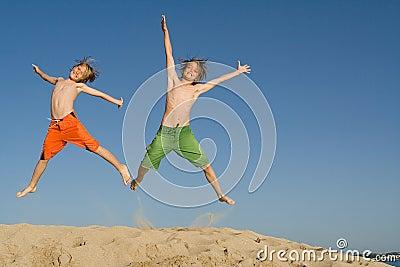 счастливые скача малыши