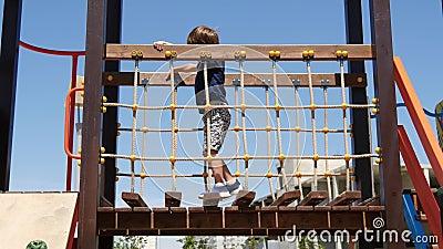 Счастливый ребенок поднимается по лестнице на игровую площадку Игры и развитие детей сток-видео