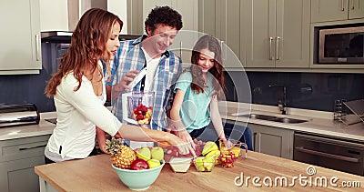 Счастливая семья делая smoothie акции видеоматериалы