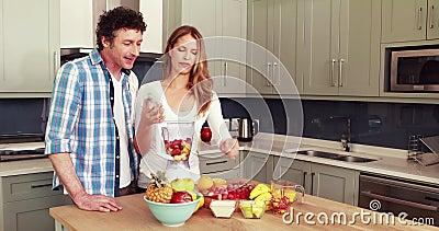 Счастливые пары делая smoothie акции видеоматериалы